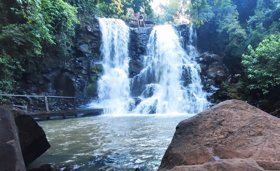 El salto del turista en iguazu